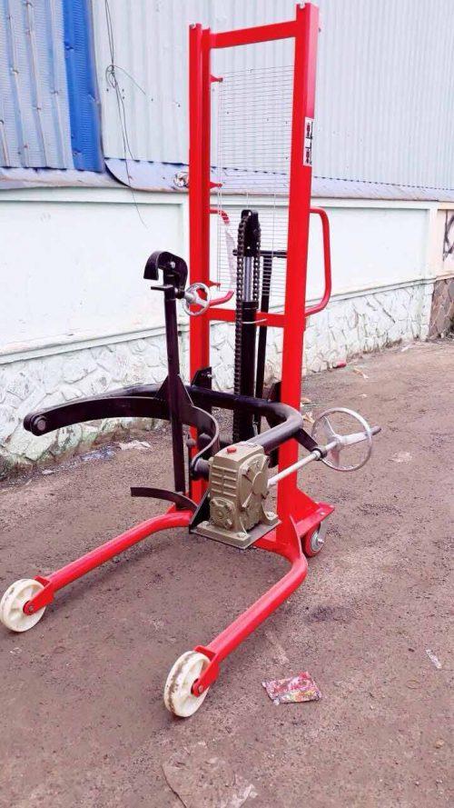 Xe nâng tay kẹp phuy cho phép người dùng nâng lên, hạ xuống hoặc xoay đầu thùng phuy